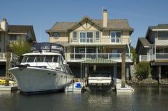 Ufergegendhaus u. sehr großes Boot Lizenzfreie Stockbilder