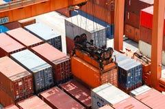 Uferkran-Ladenbehälter im Frachtschiff Lizenzfreies Stockbild