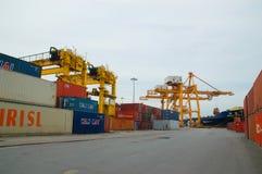 Uferkran-Ladenbehälter im Frachtschiff stockfoto
