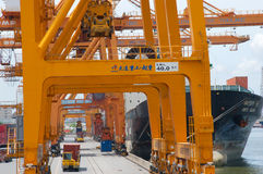 Uferkran-Ladenbehälter im Frachtschiff lizenzfreie stockfotos