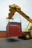 Uferkran-Ladenbehälter im Frachtschiff Stockfotos