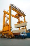 Uferkran-Ladenbehälter im Frachtschiff Lizenzfreies Stockfoto