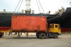 Uferkran-Ladenbehälter im Frachtschiff Stockfotografie
