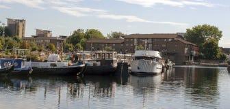 Uferlebensstilhaus auf einem Boot Stockfotografie
