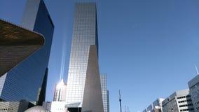 Uffici alti del grattacielo nel centro urbano soleggiato di Rotterdam immagine stock