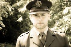 Ufficiale di esercito bello di GI dell'americano WWII in uniforme che cammina attraverso il legno Fotografia Stock