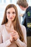 Ufficiale di polizia che conserva prova dopo il furto con scasso Fotografie Stock