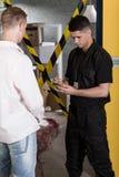 Ufficiale di polizia che interroga testimone Fotografia Stock