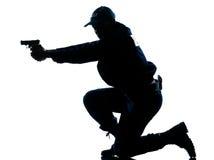 Ufficiale di polizia che mira pistola Fotografie Stock Libere da Diritti