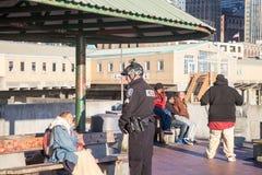 Ufficiale di polizia che parla con senzatetto Fotografie Stock