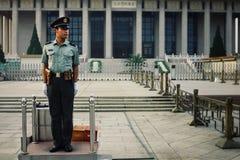Ufficiale di polizia cinese alla sua posta della guardia davanti al mausoleo di Mao fotografie stock