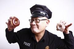 Ufficiale di polizia con le guarnizioni di gomma piuma Fotografia Stock