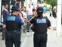 Ufficiale di polizia di Cornovaglia e di Devon e PCSO che camminano le vie di Devon del nord Fotografia Stock Libera da Diritti
