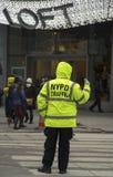 Ufficiale di polizia di disciplina del traffico di NYPD vicino al Times Square in Manhattan Immagini Stock Libere da Diritti
