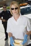 Ufficiale di polizia With Evidence Envelope Fotografia Stock Libera da Diritti