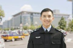 Ufficiale di polizia Smiling, ritratto, Cina Immagini Stock