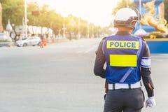 Ufficiale di polizia su sicurezza di disciplina del traffico fotografie stock libere da diritti