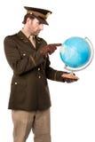 Ufficiale militare che indica il globo Immagini Stock