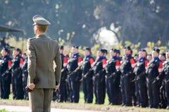 Ufficiale militare italiano che si leva in piedi davanti alle truppe Fotografia Stock Libera da Diritti