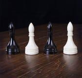Ufficiali bianchi e neri di scacchi Fotografia Stock Libera da Diritti