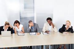 Ufficiali di personale corporativi frustrati al pannello Fotografie Stock Libere da Diritti