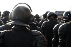 Ufficiali di polizia in attrezzature antisommossa. Fotografia Stock Libera da Diritti