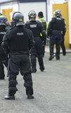 Ufficiali di polizia britannici in attrezzature antisommossa Fotografia Stock Libera da Diritti