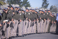 Ufficiali di polizia a cerimonia funerea, fotografia stock