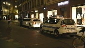 Ufficiali di polizia che ispezionano le limousine archivi video