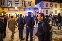 Ufficiali di polizia che surveilling il mercato di Natale Fotografia Stock