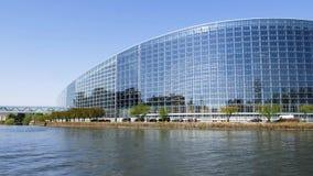 Ufficiali di polizia che surveilling la costruzione del Parlamento Europeo video d archivio