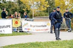 Ufficiali di polizia che surveilling protesta durante la visita di presidente Fotografie Stock