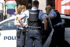 Ufficiali di polizia danesi resi ad arresto Fotografie Stock Libere da Diritti