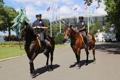 Ufficiali di polizia di NYPD a cavallo pronti a proteggere pubblico a Billie Jean King National Tennis Center durante l'US Open 2 Immagini Stock