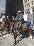 Ufficiali di polizia di NYPD a cavallo pronti a proteggere pubblico su Broadway durante la settimana di Super Bowl XLVIII in Manha Fotografie Stock Libere da Diritti