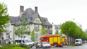 Ufficiali di polizia e pompiere che chiudono Rue Schweighaeuser stock footage