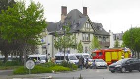 Ufficiali di polizia e pompiere che chiudono Rue Schweighaeuser archivi video