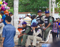 Ufficiali di polizia locale durante le corse di barca su Bom su touk Fotografia Stock Libera da Diritti