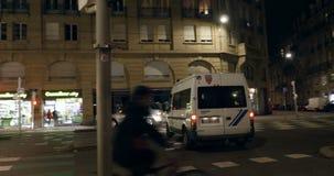 Ufficiali di polizia nella città del francese del veicolo di polizia stock footage