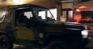 Ufficiali di polizia nella città del francese del veicolo militare video d archivio