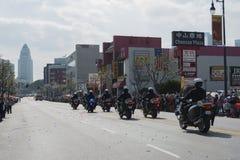 Ufficiali di polizia sui motocicli che eseguono a Immagine Stock