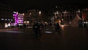 Ufficiali di polizia sulla città di sorveglianza della bici alla notte video d archivio