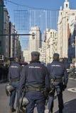Ufficiali di polizia sulla via Servizi di sorveglianza e di sicurezza fotografia stock
