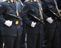 ufficiali italiani della Guardia di Finanza in uniforme e macchina Fotografia Stock