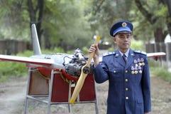 Ufficiali militari d'uso di un Livello 6 dell'aeronautica davanti al fuco del rc immagini stock libere da diritti
