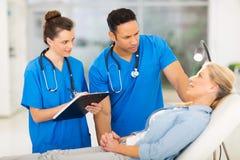Ufficiali sanitari pazienti Fotografia Stock Libera da Diritti