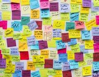 Ufficio appiccicoso del bordo di Post-it della nota immagine stock libera da diritti