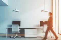Ufficio bianco della parete, vista frontale, grigio scuro tonificato Fotografia Stock