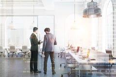 Ufficio bianco dello spazio aperto, finestre dell'arco, la gente Immagine Stock