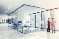 Ufficio bianco dello spazio aperto, finestre dell'arco, la gente Immagini Stock Libere da Diritti